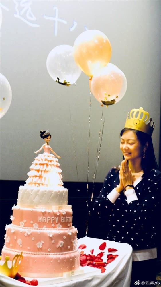 Trương Nghệ Mưu còn tặng vợ chiếc bánh sinh nhật 5 tầng đẹp mắt.