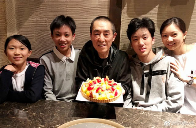 Trương Nghệ Mưu bên vợ ba đứa con trong tiệc sinh nhật hồi đầu năm 2018.