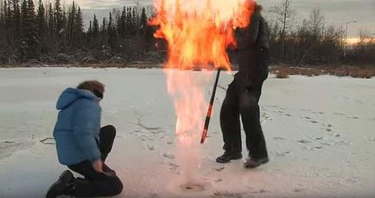 Mặt băng vừa thủng, mặt hồ đã bùng cháy dữ dội - ảnh cắt từ clip