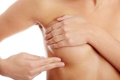 Kiểm tra vùng nách có nổi hạch hoặc có khối u sưng to bất thường không