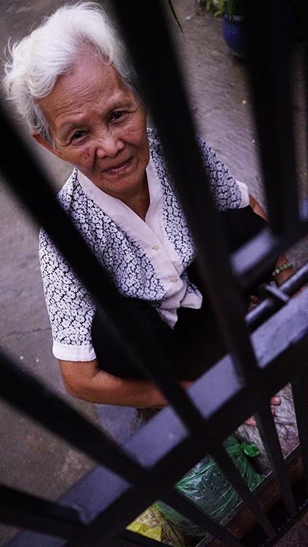 Cụ Lan năm nay đã 75 tuổi, bà không nhớ nổi triều cường gây ngập đường sá, nước tràn vào nhà bà từ lúc nào