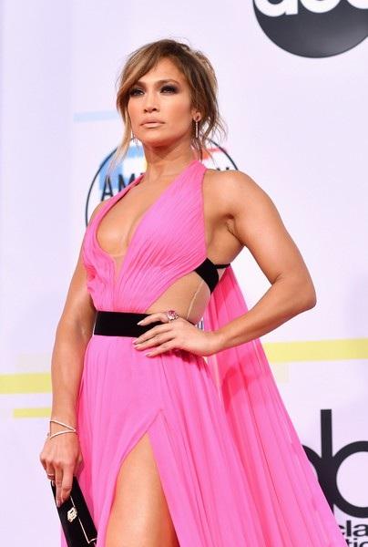 Jennifer Lopez rạng rỡ trên thảm đỏ lễ trao giải American Music Awards 2018