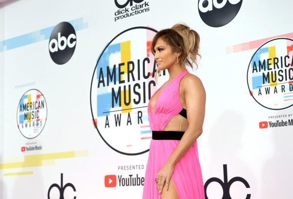 Jennifer diện váy Georges Chakra
