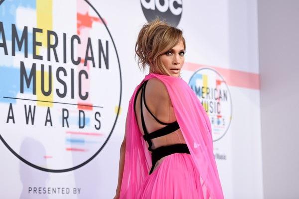 Dàn sao trình diễn tại 2018 American Music Awards gồm có Taylor Swift, Cardi B, Camila Cabello, Mariah Carey, Shawn Mendes, Post Malone, Carrie Underwood...