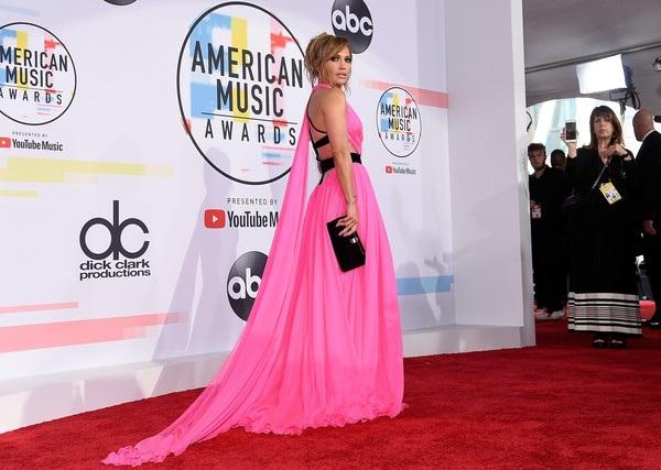 Jennifer Lopez chia sẻ cô tập thể dục hàng ngày để giữ dáng và đủ sức khỏe trình diễn