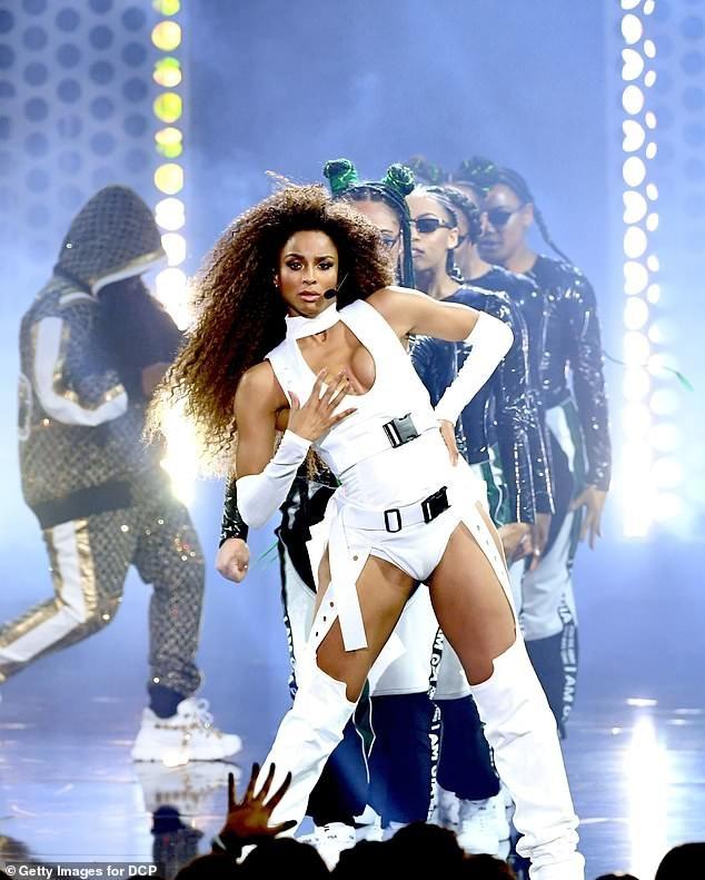 Cô trình diễn 2 bản hit Level Up và Dose cùng Rapper Missy Elliott