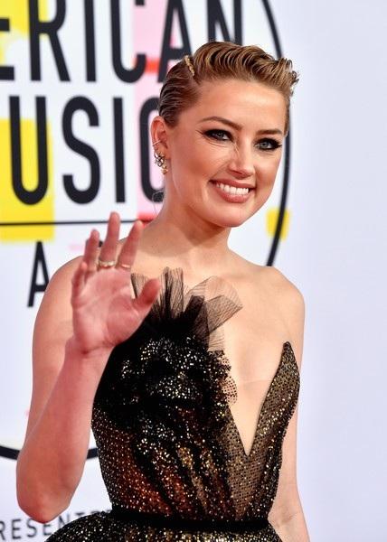 Amber Heard bất ngờ xuất hiện trên thảm đỏ