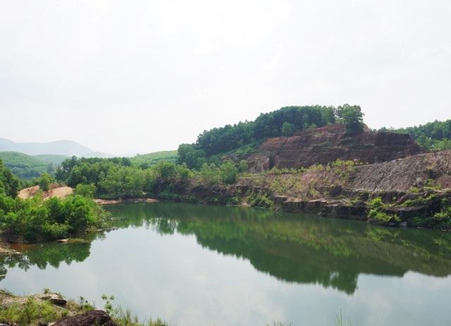 Dấu tích còn lại của thủ phủ đá đỏ là những hố đào sâu hoắm vẫn chưa thể hoàn lấp.