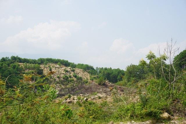 Hòn Mồ Côi, nơi Xí nghiệp khoáng sản đá quý Nghệ An tìm thấy 18kg đá màu. Đây cũng là nơi phát lộ vỉa đá màu dẫn tới việc hàng nghìn người dân và cả giang hồ tứ chiêng vác dao ngăn cơ quan chức năng và người của Xí nghiệp được giao trách nhiệm quản lý vào khai thác.