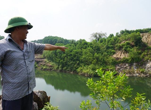 Một phần hồ nước xanh ngắt này là miệng hầm đào đá đỏ bị sập vào tháng 6/1991, chôn vùi 75 người dân tìm vận may ở đồi Tỷ.