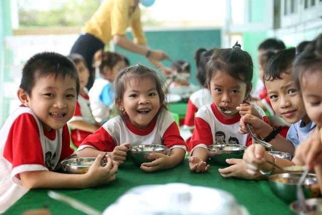 Bữa ăn trưa của trẻ mầm non đã được cải thiện rất nhiều (Ảnh: Hồng Hạnh)