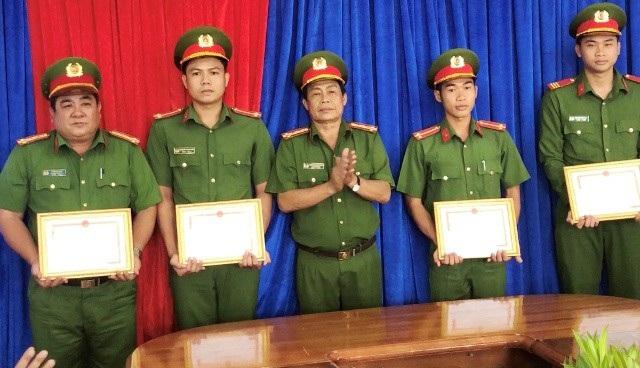 Lãnh đạo Công an tỉnh Bạc Liêu trao khen thưởng cho các cán bộ, chiến sĩ công an. (Ảnh: CTV)