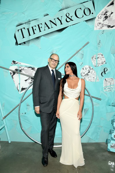 Kim Kardashian khoe dáng nảy nở trong bộ váy trắng tinh khôi