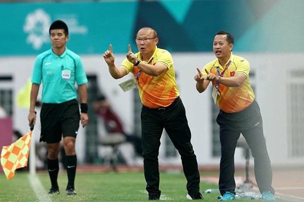 Ông Lê Huy Khoa (phải) sẽ thôi không làm trợ lý ngôn ngữ cho HLV Park Hang Seo từ AFF Cup 2018