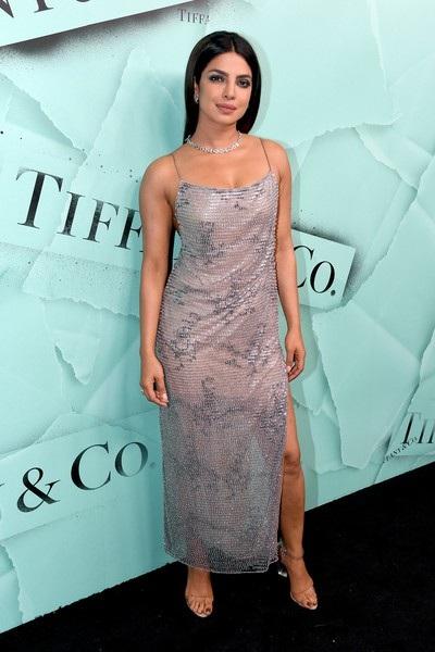 Hoa hậu thế giới năm 2000 diện bộ váy rất nữ tính và gợi cảm