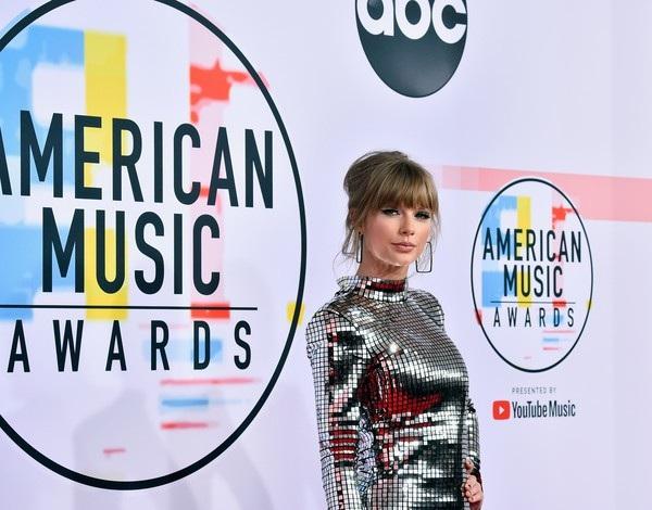 Taylor Swift isành điệu trên thảm đỏ American Music Awards
