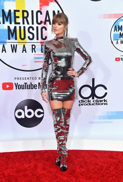 Taylor diện váy Balmain, đeo nữ trang Ofira và Lorraine Schwartz