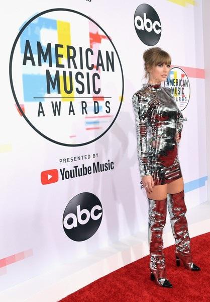 Đó là các đề cử cho Nghệ sỹ của năm, tour diễn của năm, Nữ nghệ sỹ Pop được yêu thích, album được yêu thích.