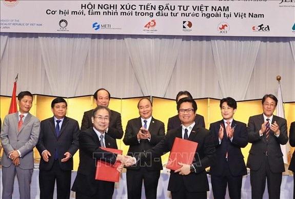 Thủ tướng Nguyễn Xuân Phúc chứng kiến trao đổi văn kiện hợp tác giữa hai nước tại Hội nghị (ảnh: TTXVN)