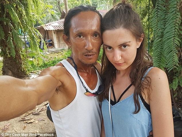 Những người anh hẹn hò đều là các cô gái ngoại quốc xinh đẹp tới hòn đảo du lịch