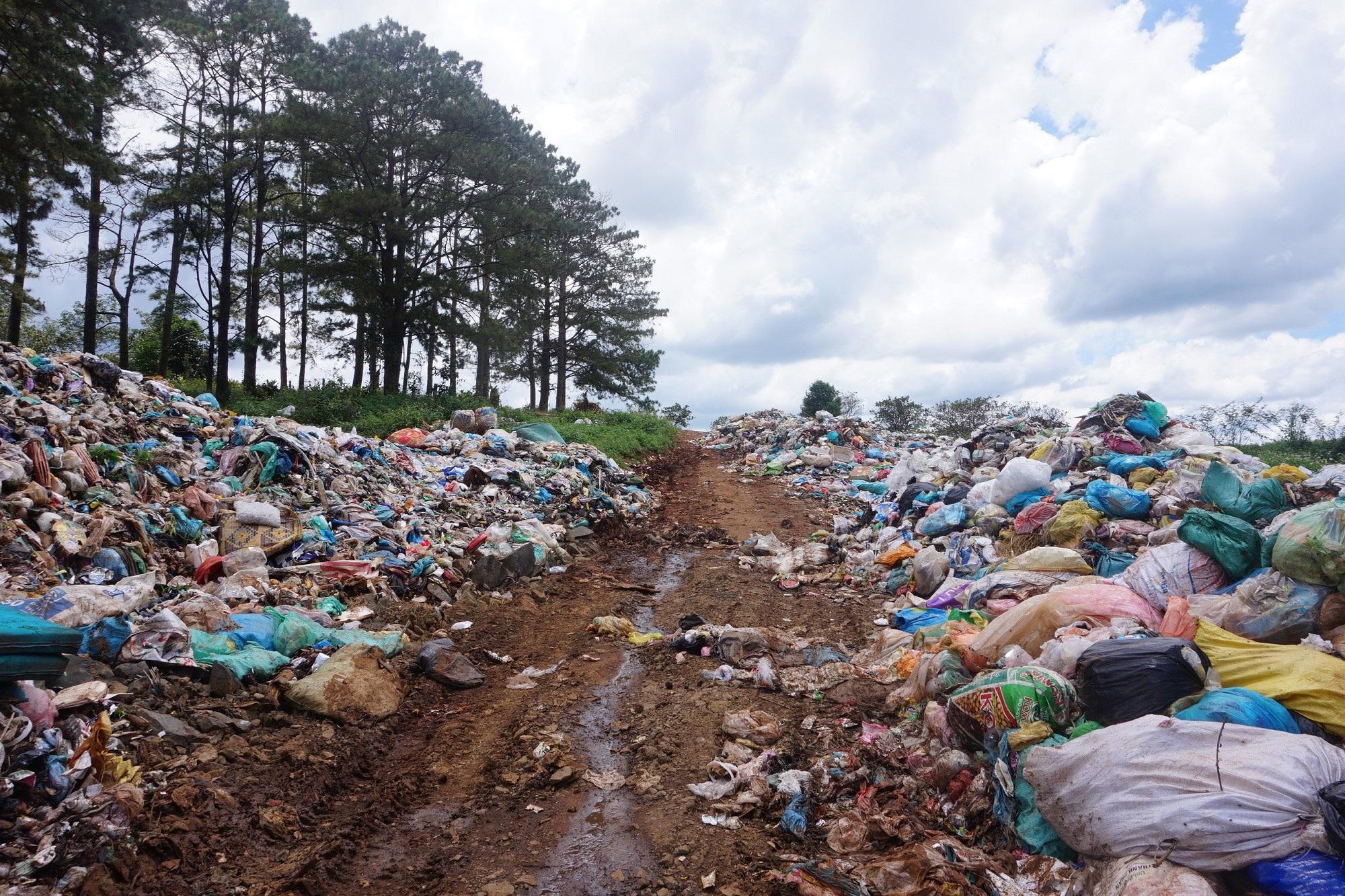 Đắk Nông: Bãi rác nhấn chìm cả đường đi, người dân bỏ của chạy lấy người! - Ảnh 1.