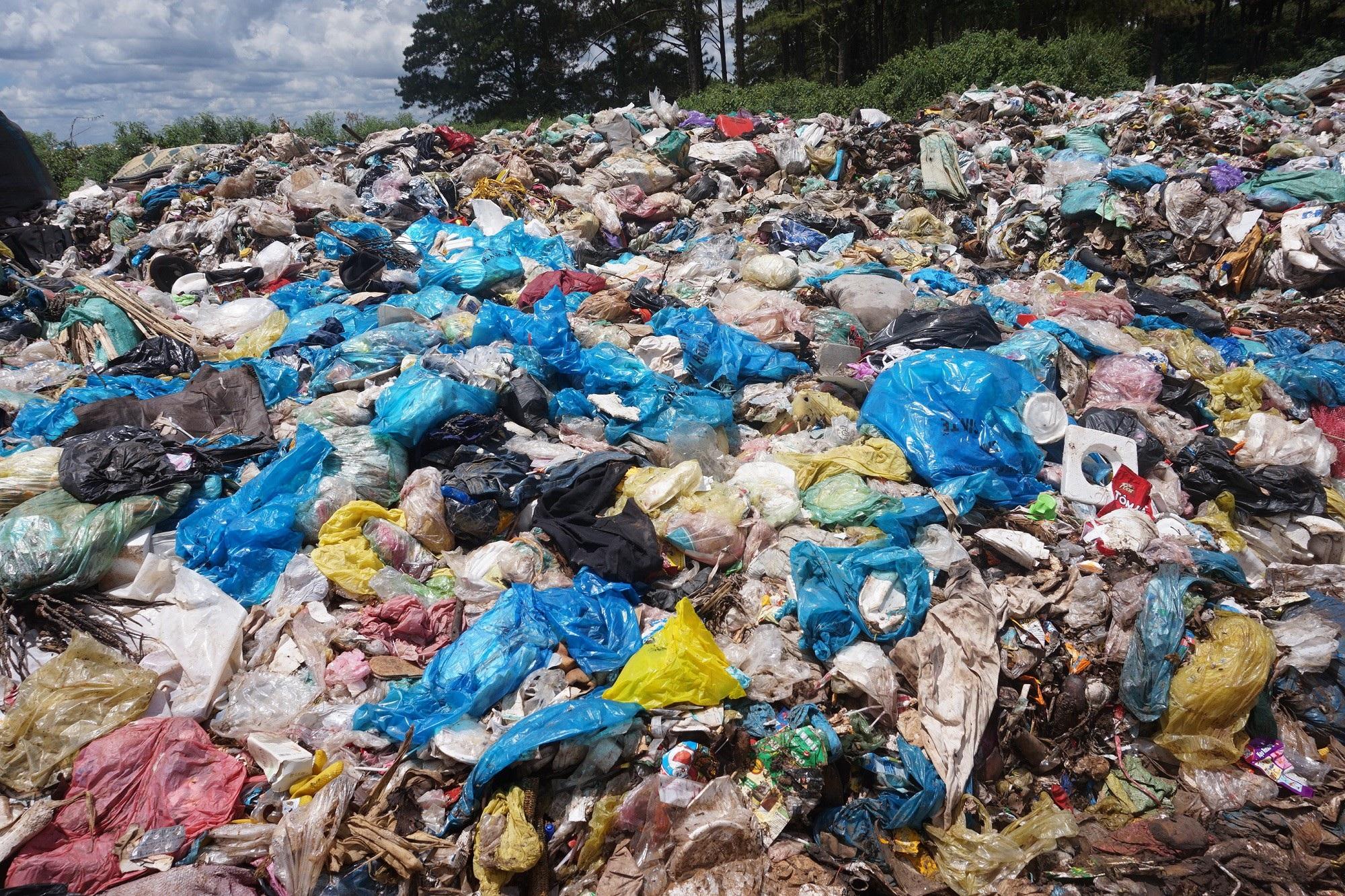 Đắk Nông: Bãi rác nhấn chìm cả đường đi, người dân bỏ của chạy lấy người! - Ảnh 2.