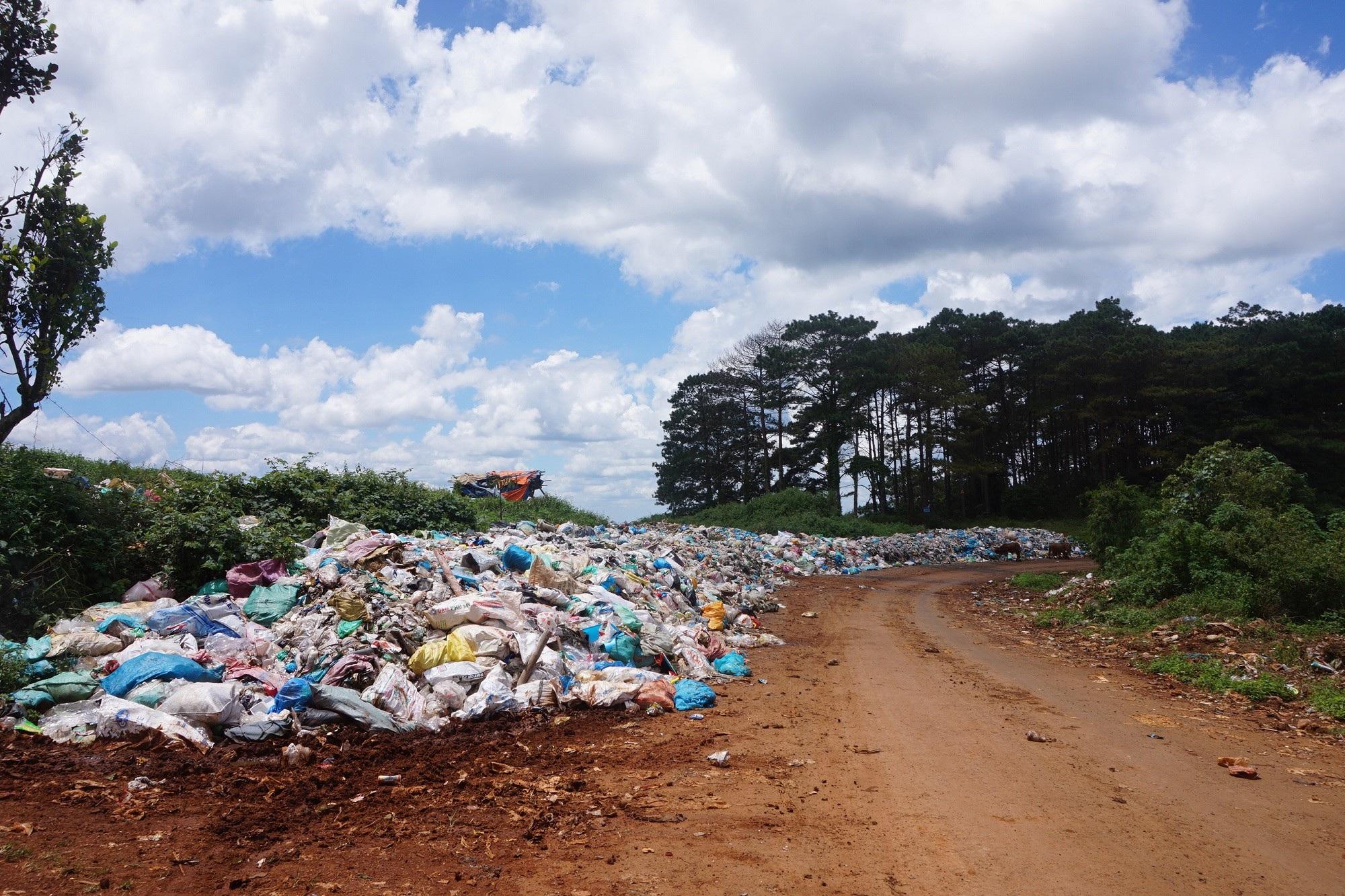 Đắk Nông: Bãi rác nhấn chìm cả đường đi, người dân bỏ của chạy lấy người! - Ảnh 3.