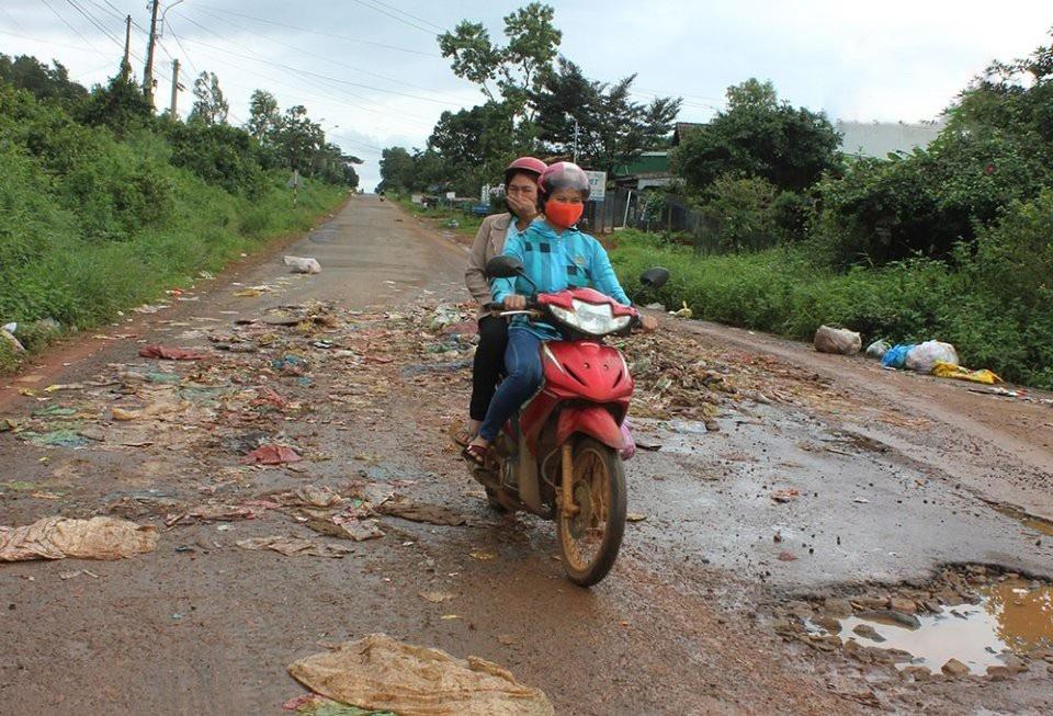 Đắk Nông: Bãi rác nhấn chìm cả đường đi, người dân bỏ của chạy lấy người! - Ảnh 5.