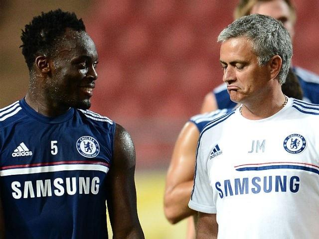 Michael Essien (trái) và Mourinho (phải) có mối quan hệ rất tốt