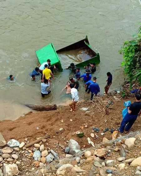 Lực lượng chức năng huyện Văn Bàn và xã Nậm Tha vớt thi thể tài xế cùng chiếc xe gặp nạn lên bờ.