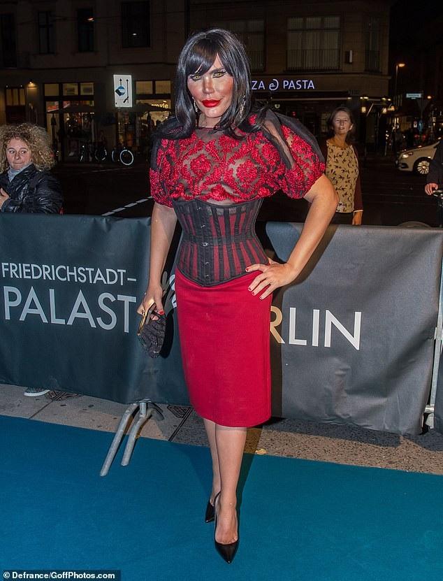 Rodrigo Alves trông rất kỳ dị khi hóa trang thành phụ nữ đi sự kiện tại Berlin ngày 11/10 vừa qua