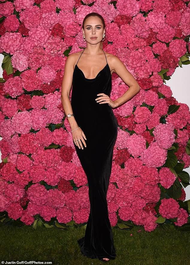 Người đẹp 28 tuổi rất đắt show sự kiện tại Châu Âu thời gian này