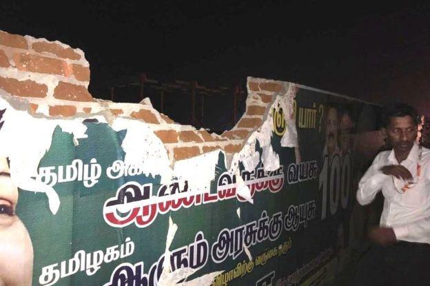 Bức tường ở sân bay bị vỡ sau vụ va chạm (Ảnh: Air India)