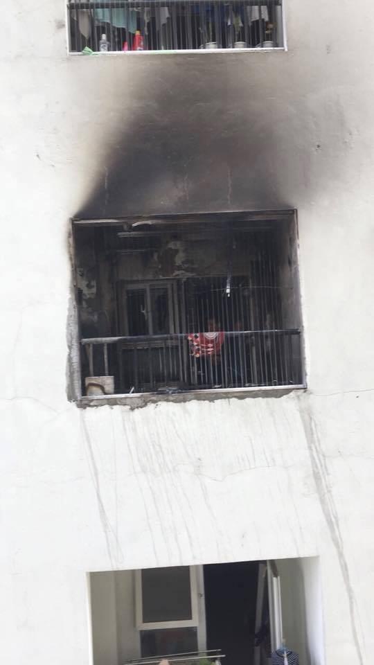 Căn hộ bị cháy có nhiều đồ đạc như điều hòa, đồ dùng sinh hoạt bị thiêu rụi.