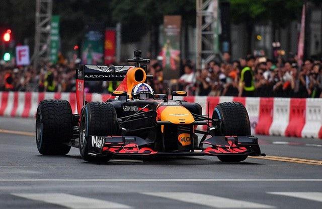David Coulthard lái chiếc xe đua của đội F1 Redbull trong một cuộc trình diễn tại Tp Hồ Chí Minh.