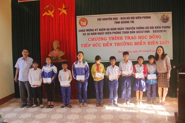 Học bổng Tiếp sức đến trường miền biên giới được trao đến học sinh.