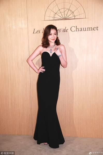 Lâm Đại Hùng tham gia một sự kiện, tối 11/10. Mỹ nhân xinh đẹp gốc Thượng Hải kheo vòng eo thon thả, dáng vóc thanh mảnh chỉ đúng 4 tháng sau khi cô sinh con.