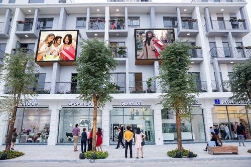 """Nằm tại vị trí phía Tây Nam Hà Nội – vùng kinh tế trọng điểm trong tầm nhìn quy hoạch Thủ đô 2030, The Manor Central Park được kì vọng sẽ là khu đô thị sinh thái – trung tâm kinh doanh lớn nhất Hà Nội với quy hoạch hoàn hảo mang tầm nhìn và sự hài hòa lý tưởng giữa kiến trúc phương Đông và phương Tây. Với vị trí đắc địa này, việc xây dựng một khu phố thương mại đẳng cấp quốc tế ở trung tâm dự án sẽ mở ra những tiềm năng """"khổng lồ"""" từ nguồn khách tự nhiên đông đảo: cư dân tại dự án có quy mô tới 32.000 – 35.000 người, khách từ công viên Chu Văn An rộng 110ha ở lân cận và khách ngoại tỉnh di chuyển qua tuyến đường huyết mạch của thủ đô đi Hà Nam, Ninh Bình, Thái Bình…"""