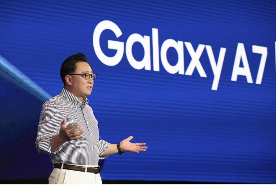 Sếp Samsung hé lộ về điện thoại có thể gập đôi, ra mắt trong tháng 11 - Ảnh 2.