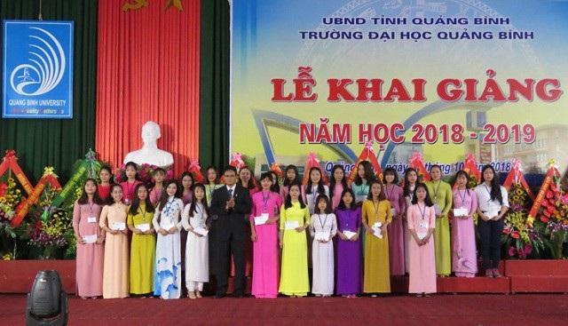 PGS.TS. Hoàng Dương Hùng, Hiệu trưởng Trường Đại học Quảng Bình trao thưởng cho các tân thủ khoa.