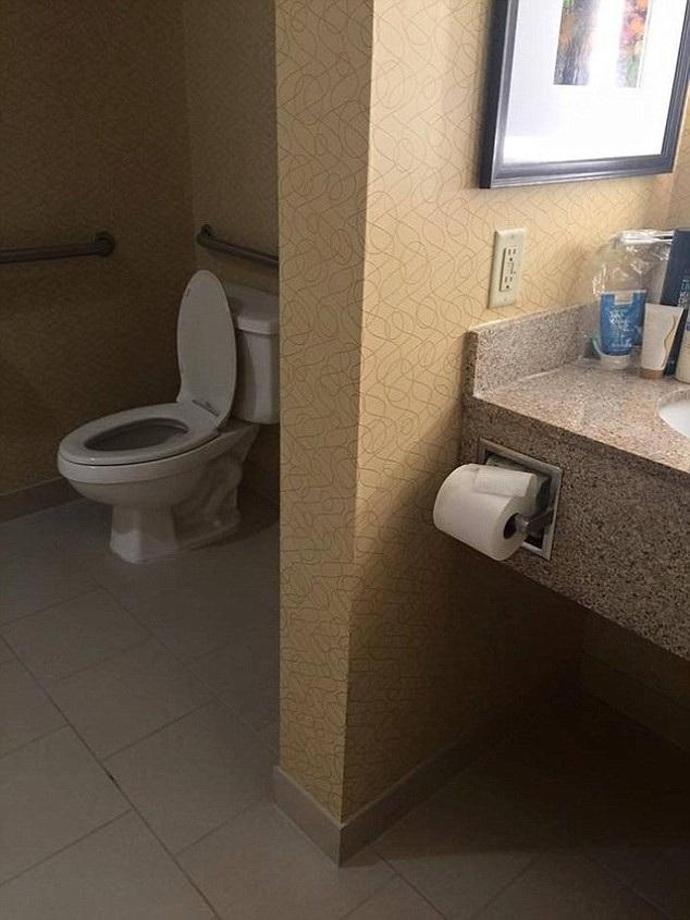 Chỗ ngồi một nơi, giấy vệ sinh một nẻo.