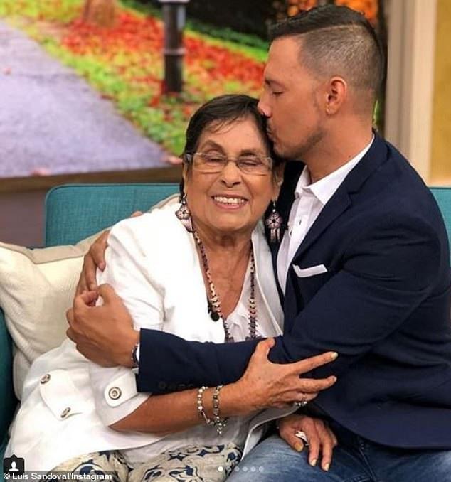 Mẹ của anh Sandoval - bà Leonila Vallejo - cũng đã xuất hiện trong chương trình để cổ vũ cho con trai khi anh chia sẻ câu chuyện cuộc đời.