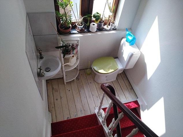 Tận dụng luôn không gian chiếu nghỉ ở cầu thang để có ngay khu vực vệ sinh tràn ngập ánh sáng.