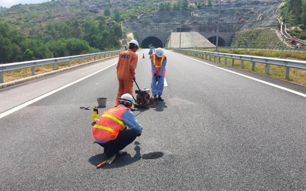 Trước khi nhà thầu thực hiện bảo hành và sửa chữa lớn từ ngày 14/10, đơn vị quản lý khai thác cao tốc Đà Nẵng - Quảng Ngãi thực hiện trám vá để đảm bảo an toàn giao thông