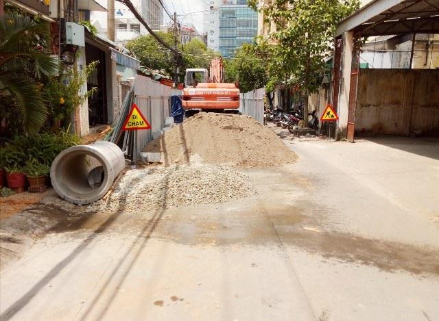 Đổ tiền tỷ làm đường bê tông xong lại đào lên lắp cống thoát nước! - Ảnh 2.