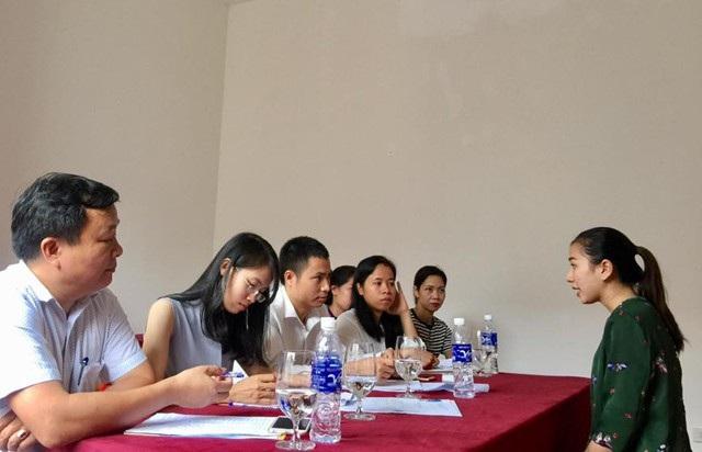 Ông Nguyễn Hữu Bắc (người ngồi giữa) trong một buổi phỏng vấn tuyển dụng lao động. Theo ông Bắc, đội ngũ lao động đã qua đào tạo trong ngành du lịch ở Nghệ An chưa thực sự đáp ứng được nhu cầu sử dụng, nhiều doanh nghiệp sau khi tuyển dụng phải tổ chức đào tạo lại.