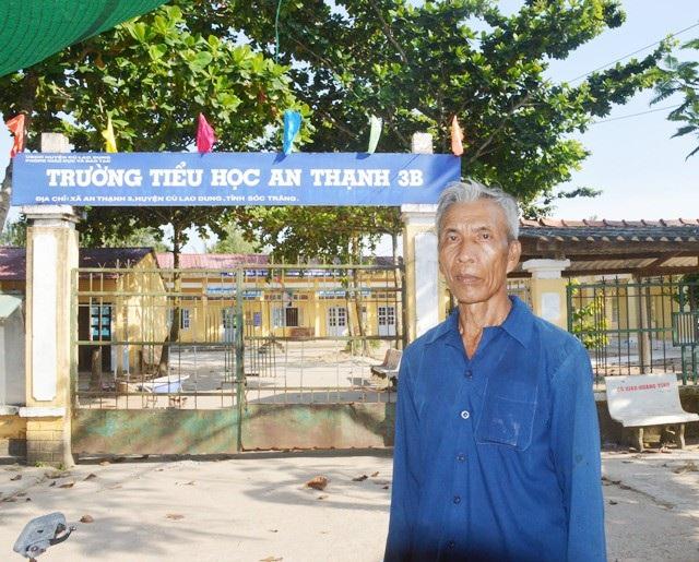 Ông Trần Thanh Nam bên ngôi trường mà ông đã hiến đất để xây dựng.