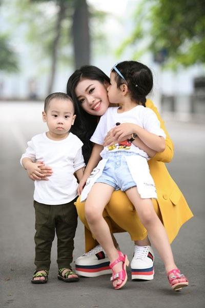 Thu Hằng chụp ảnh cùng các em nhỏ.