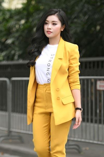 Ca sĩ Thu Hằng mặc trang phục vừa thanh lịch, trẻ trung.