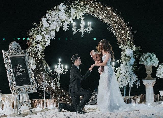 Sau 6 năm chung sống, Ưng Hoàng Phúc bất ngờ cầu hôn Kim Cương trên bãi biển trong buổi chụp ảnh cưới kỷ niệm.